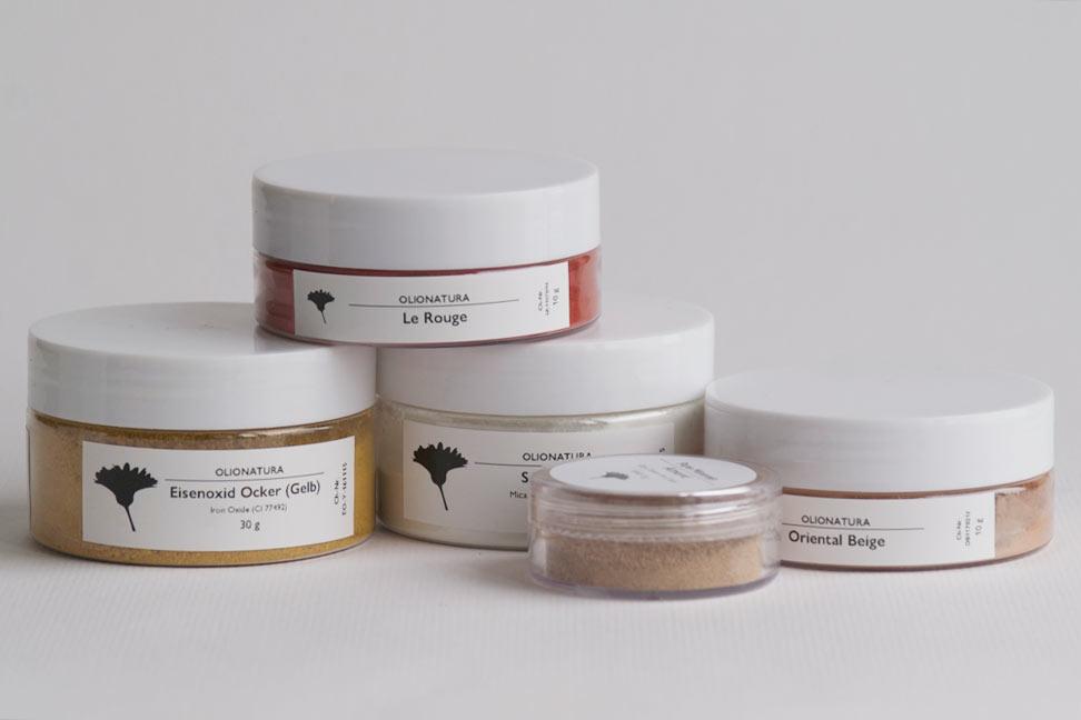 Olionatura-Pigmente werden grundsätzlich in formschönen, stabilen Dosen geliefert, aus denen sich die Produkte gut entnehmen lassen.