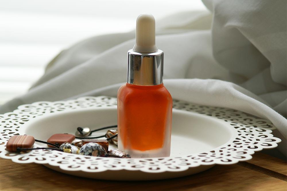 Granatapfelgesichtsöl in einer Serumflasche