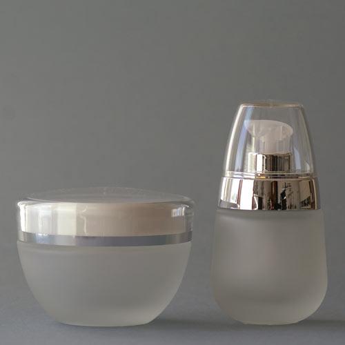 Glasflasche (30 ml) und Tiegel (50 ml) aus der Serie DELUXE