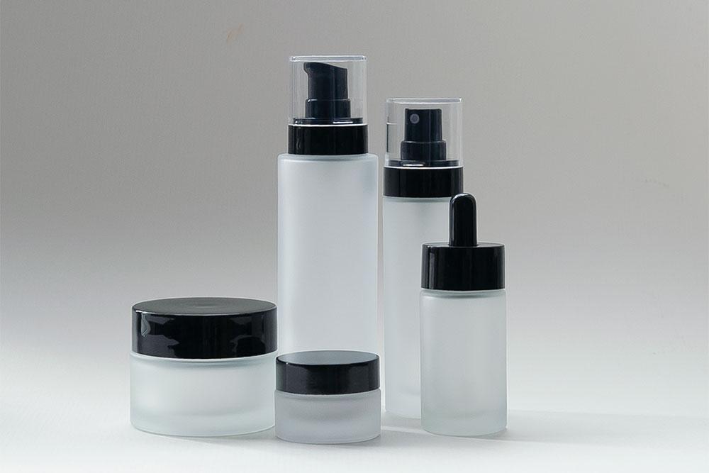 Elegante Flaschen und Tiegel aus der Serie NOIRÉ