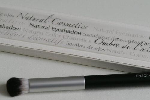 Eyeshadow-Palette aus geöltem Massivholz mit einem Schuber aus Karton