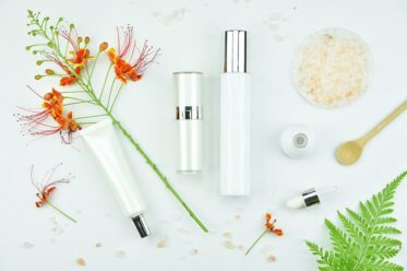 Cosmetic bottle containers with green herbal leaves, Blank label | © ARTFULLY-79, Adobe Stock